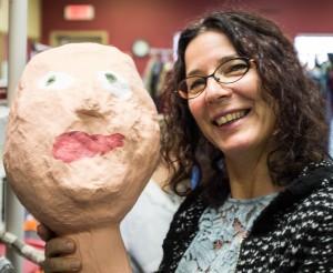 Geneviève et son masque créé par la Gang à Rambrou